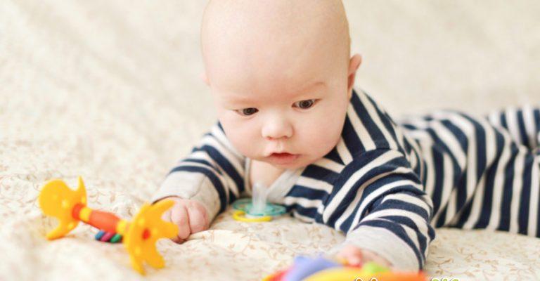 Познаем новым мир вместе. Развивающие занятия с ребенком от 0 до 4 месяцев