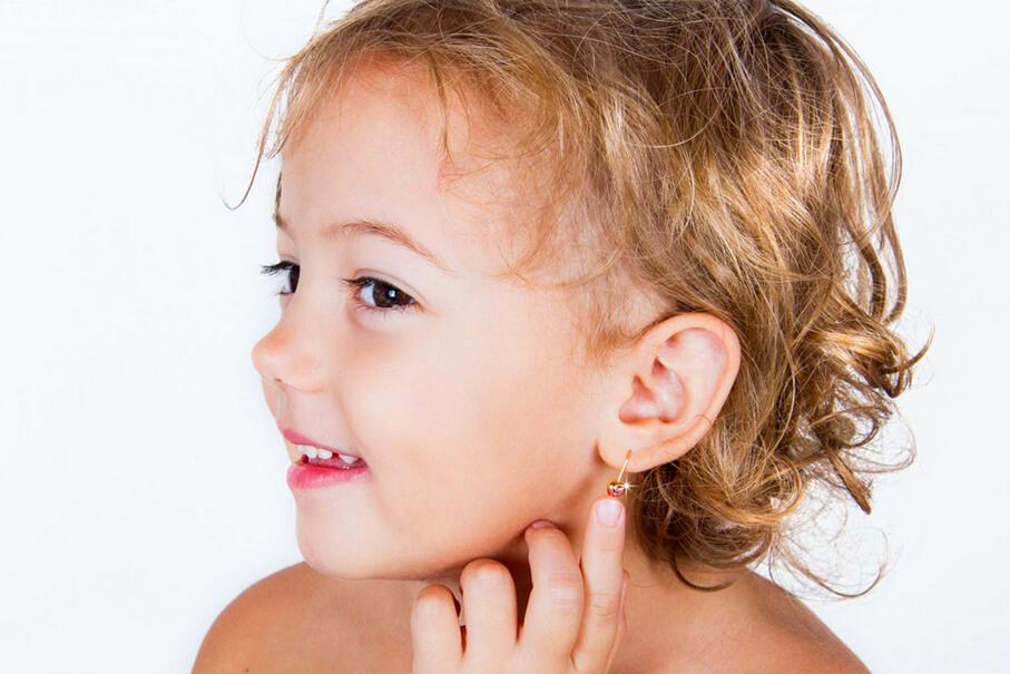 Стоит ли прокалывать ребенку ушки в раннем возрасте